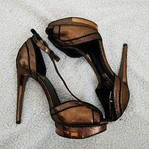NWT BCBG Good die bronze heels
